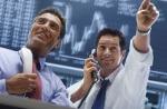 Bild zeigt zwei Makler auf dem Börsenparkett