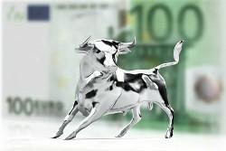 Silberner Bulle vor Geldscheinen