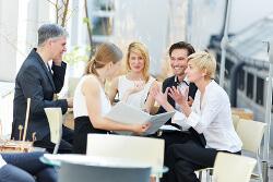 Einige Kollegen sitzen zusammen und diskutieren